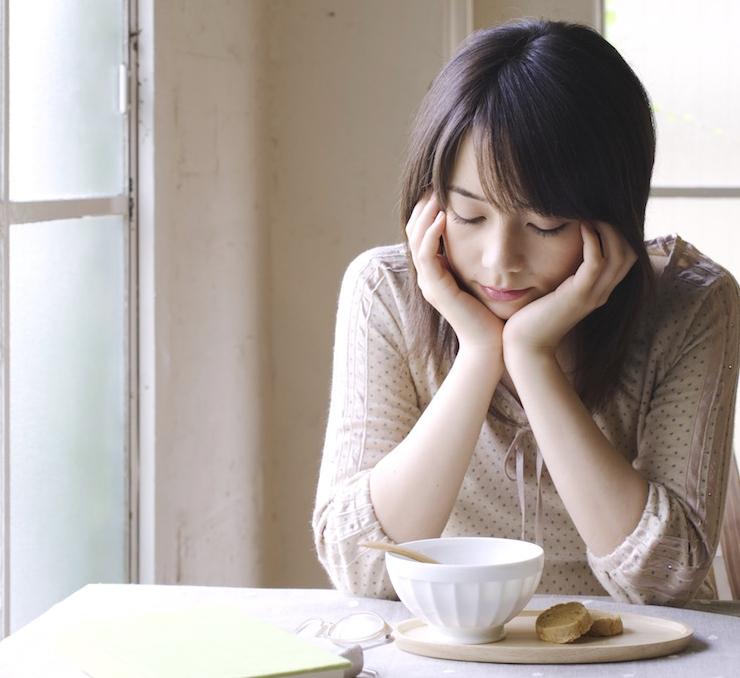 情緒不安定で悩む女の子inカフェ